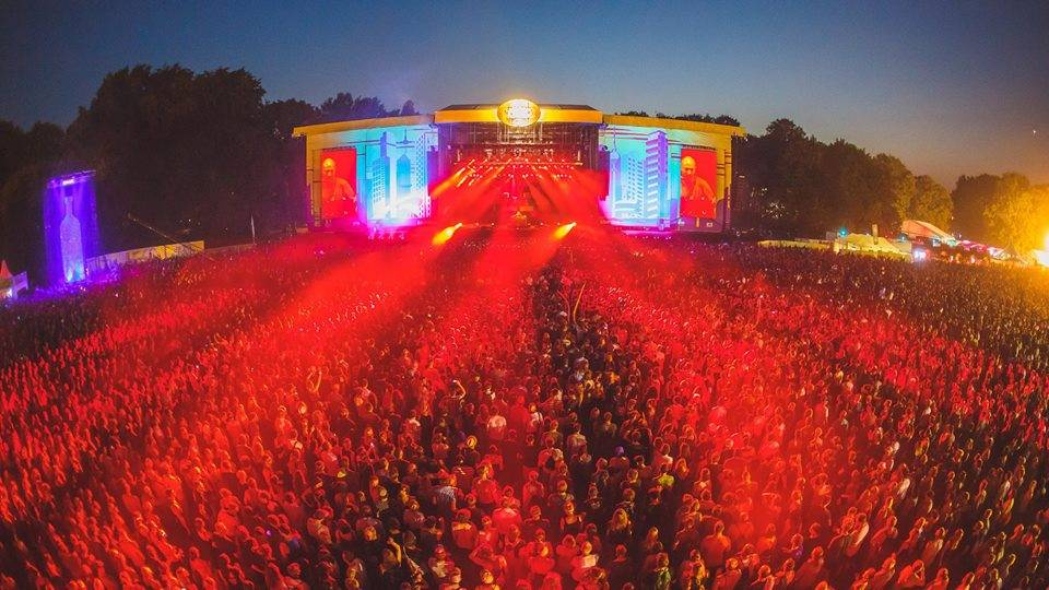 LIVE: Lollapalooza v Berlíně: Lindsey Stirling se věnovala hlavně gymnastice, Kings Of Leon potvrdili svou pověst