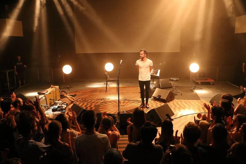 LIVE: The Tallest Man On Earth odehrál v Praze folkovou one man show