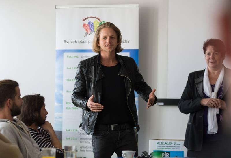 LIVE: Tomáš Klus zahrál na skládce v Třebíči a podpořil ekologii