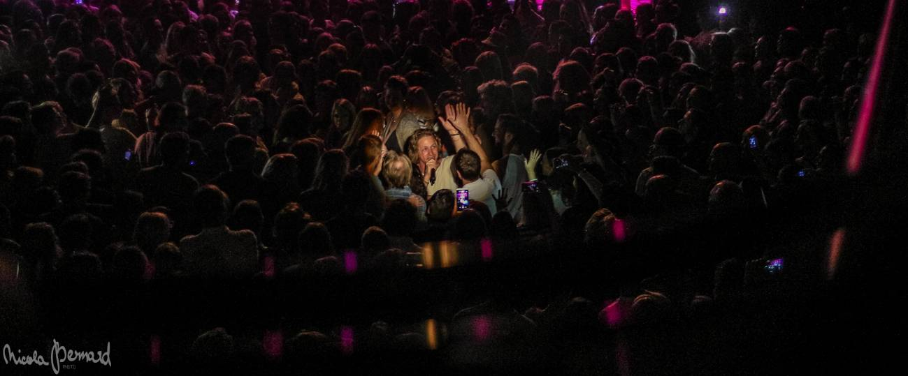 LIVE: Tomáš Klus v Liberci mluvil málo, zato slovensky. S fanoušky žertoval i tančil ploužák