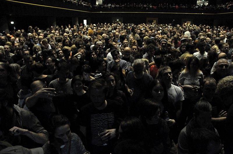 LIVE: PJ Harvey v Praze vyprávěla o bolestech světa. Ať se Česko zatřese