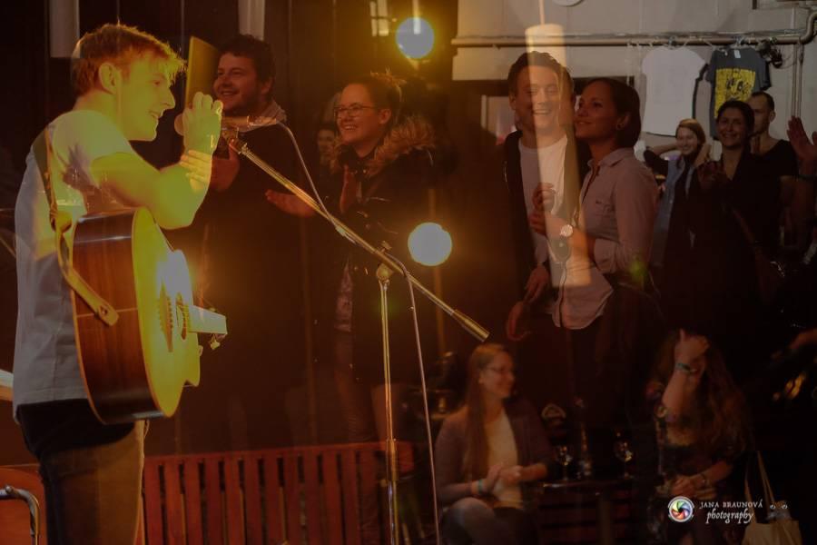LIVE: Thom Artway nechce, abyste pod pódiem juchali. Chce, abyste poslouchali