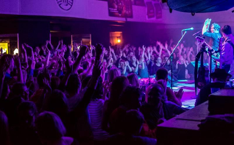 LIVE: Mig 21 proměnili klub v jednu velkou saunu, pod kotlem přitopil i Vojta Dyk