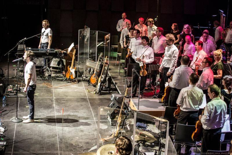 LIVE: Tata Bojs a symfonický orchestr vytvořili ve Foru Karlín dokonalou symbiózu