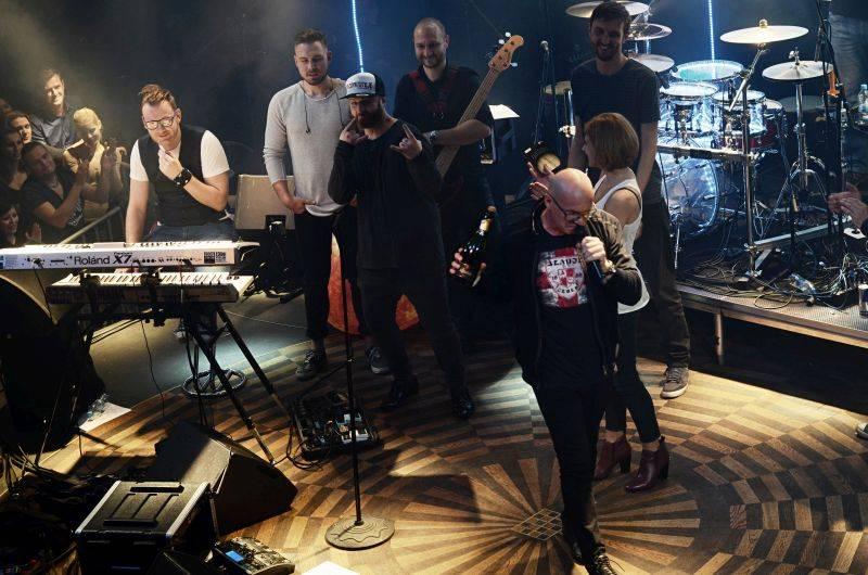 LIVE: Eddie Stoilow završili turné v Praze, desku Jupiter jim pokřtil Oto Klempíř