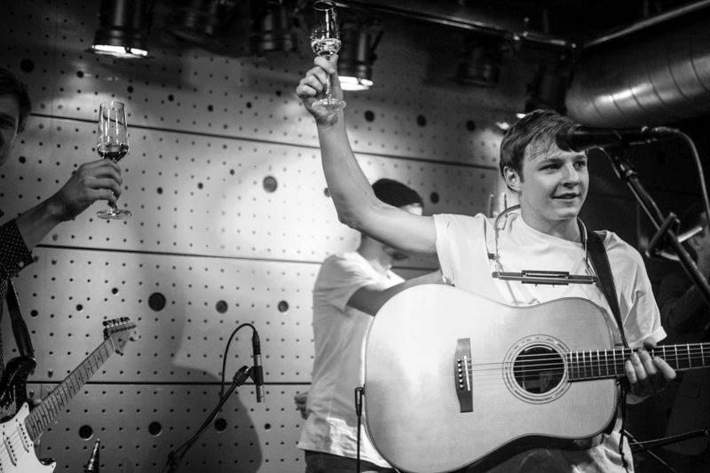 LIVE: Thom Artway měl na křtu v Jazz Docku Tomáše Kluse, ježkův dort i zvon Václav
