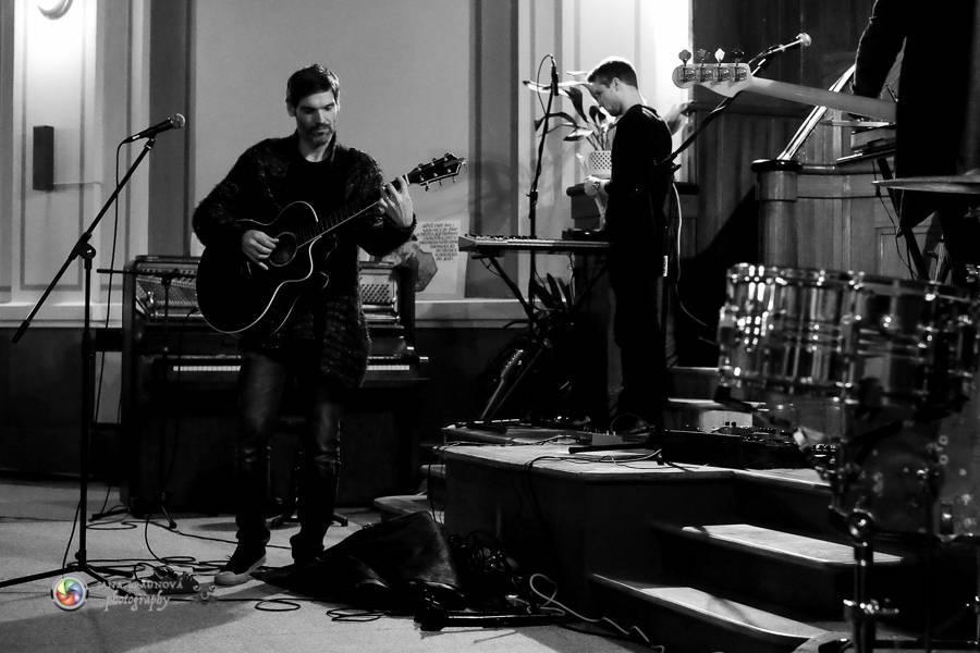 LIVE: teepee v kostele zahřáli světelnou energií svých procítěných písniček