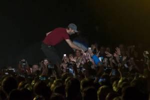 LIVE: Enrique Iglesias v Praze vášnivě hecoval fanynky, na zpěv ale moc nedošlo