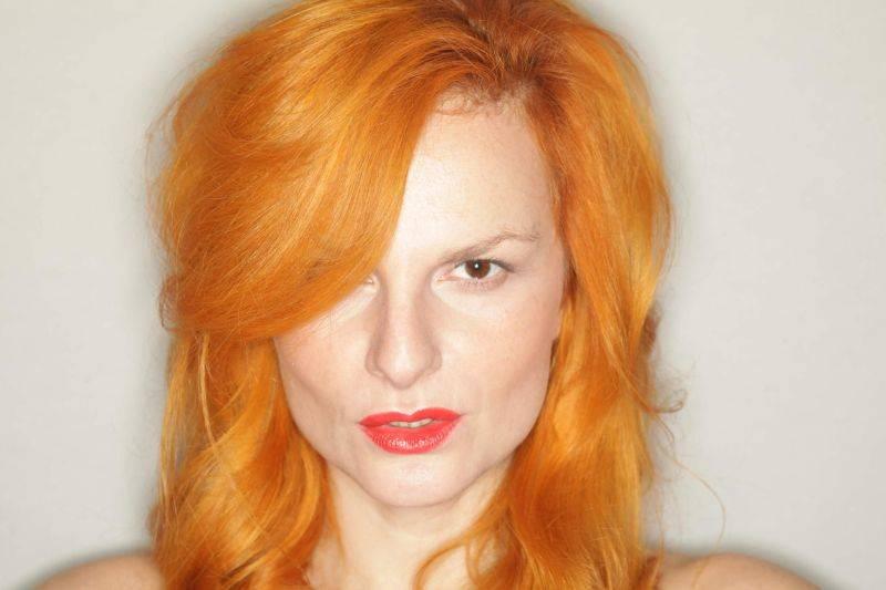 RECENZE: Iva Pazderková na své desce nenaplňuje představu televizní hvězdy, je niterná a osobitá