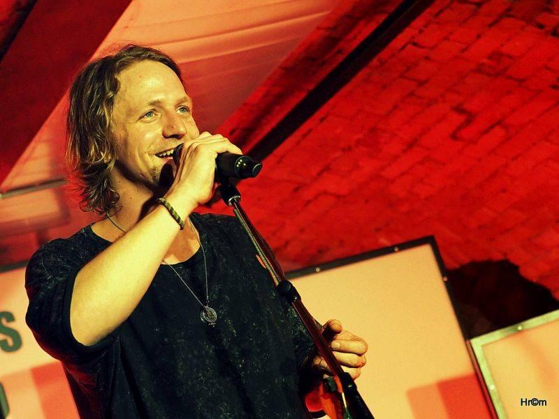 LIVE: Tomáš Klus starý i nový, český i slovenský. Retro koncert v Praze měl charakter přátelského večírku