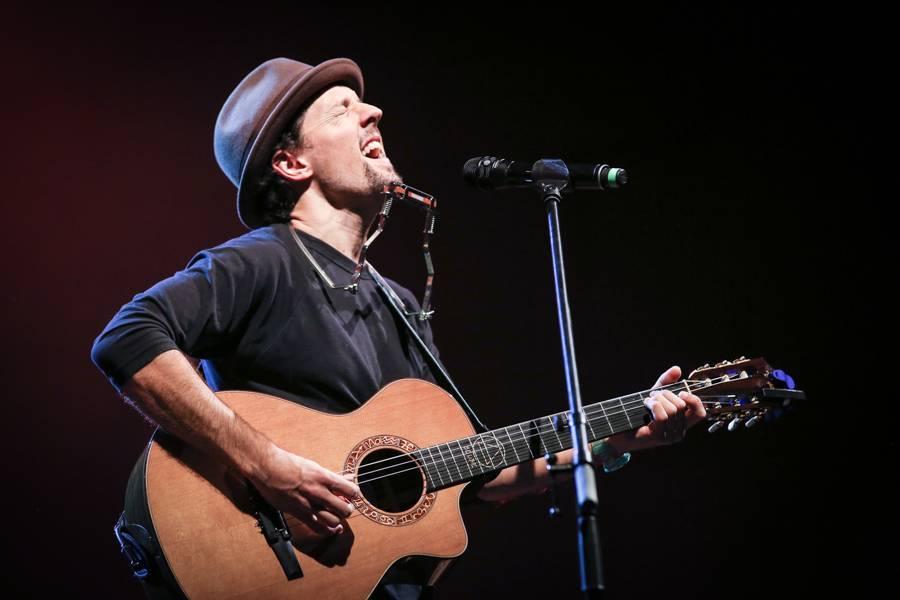 LIVE: Jason Mraz dal Praze návod, jak s kloboučkem a kytarou udržet dvě hodiny pozornost celé haly