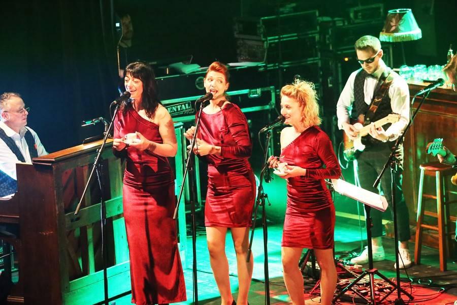 LIVE: Vojta Dyk a B-Side Band přivezli do Brna originální stage a velkolepou show