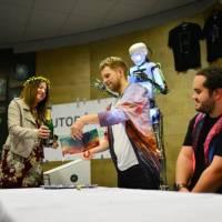LIVE: Skupině Nebe pokřtil desku mluvící robot! Podívejte se na videu, jak situaci vtipně glosoval
