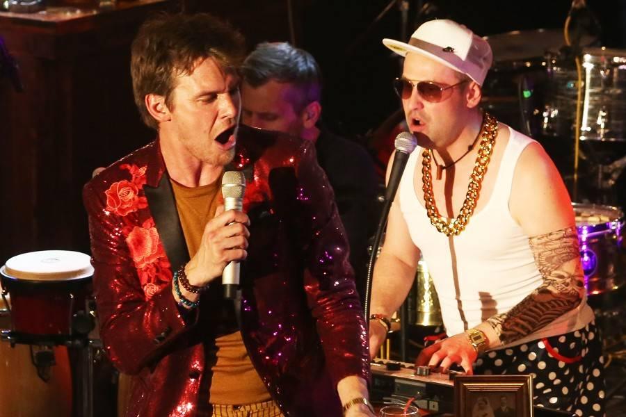 LIVE: Vojta Dyk a B-Side Band otevřeli ve Foru Karlín bar a ohromili velkolepou show