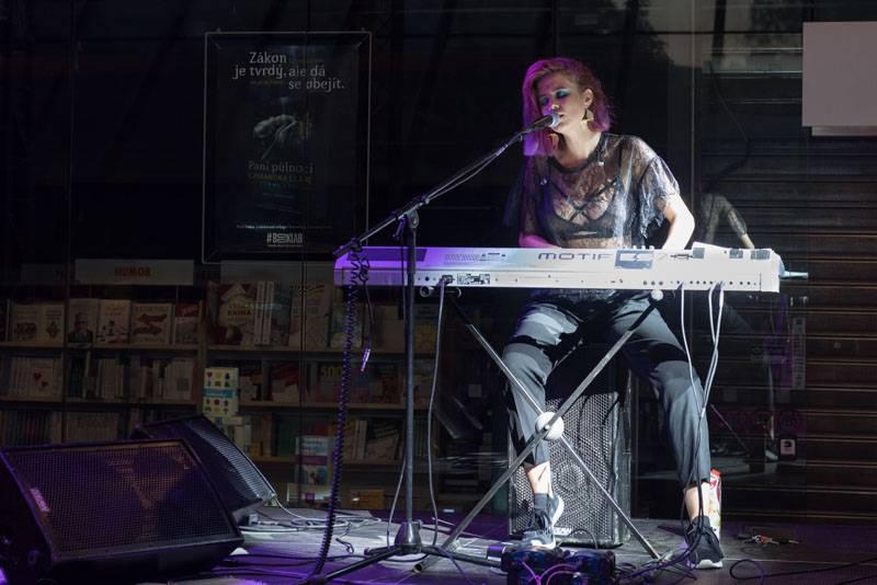 LIVE: Roztančená Emma Smetana završila na pražském Hlavním nádraží své první turné. Mezi vlaky se vrátí na podzim