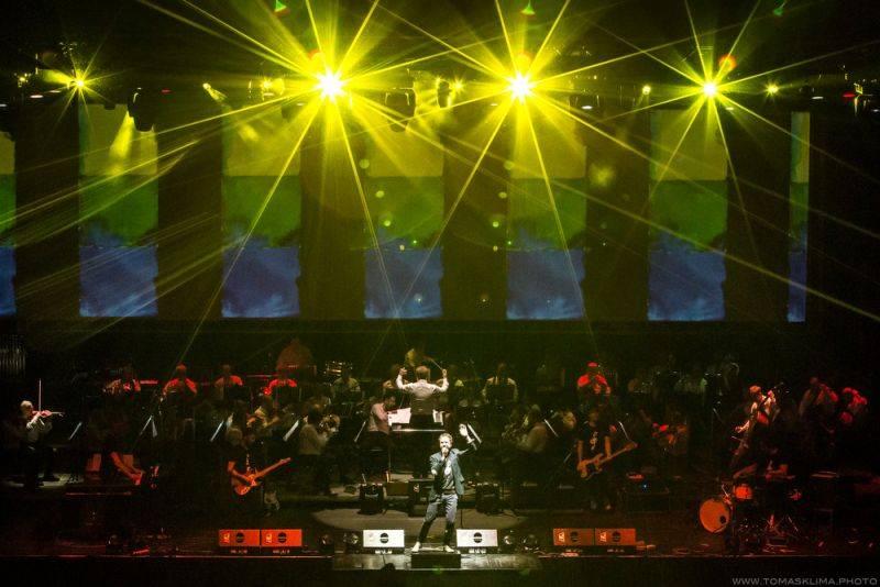 RECENZE: Tata Bojs spojením s orchestrem nezpůsobili revoluci, ale své posluchače potěší