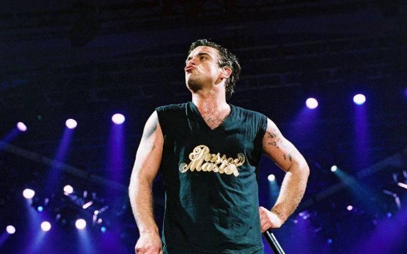 RETRO: Když zpíval Robbie Williams v roce 2003 poprvé v Praze, pop povýšil na královskou zábavu