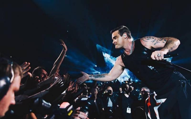 LIVE: Robbie Williams svou famózní show ohromil Prahu, zazpíval si i duet se svou manželkou