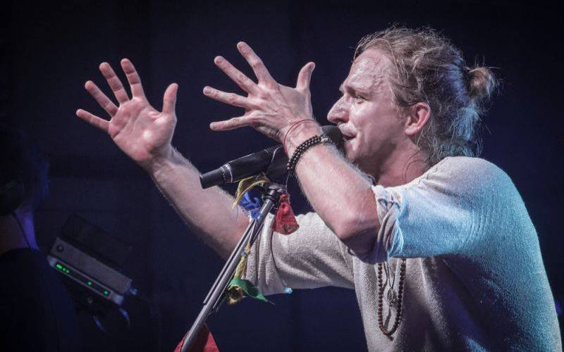 LIVE: Tomáš Klus napojil celou Pragovku, během koncertu oslavoval pravdu a lásku