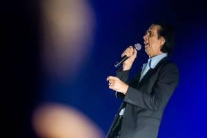 LIVE: Nick Cave & The Bad Seeds v Praze recitovali básně o pekle i o Bohu