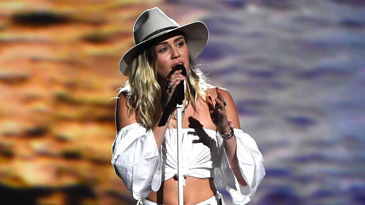 RECENZE: Miley Cyrus si na desce Younger Now dopisuje svou pohádku