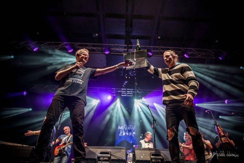 LIVE: Mňága a Žďorp završila své třicetiny parádní oslavou ve Foru Karlín. Gratulovali Tomáš Klus, Márdi nebo Vladimír Merta