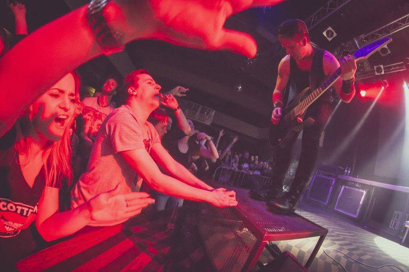 LIVE: Cocotte Minute rozžhavili Prahu, na koncert si vzali fakíry a akrobatku