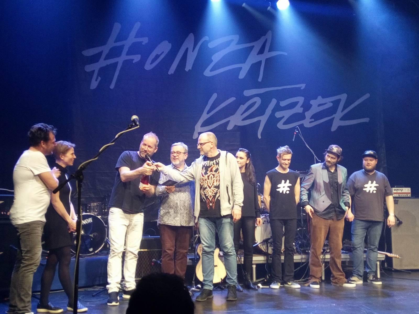 LIVE: Honza Křížek sršel na křtu sólové desky energií. Podpořili ho Michal Pavlíček, Lenka Dusilová i David Koller
