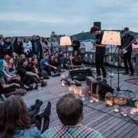 LIVE: Zrní koncertovali s výhledem na večerní Prahu