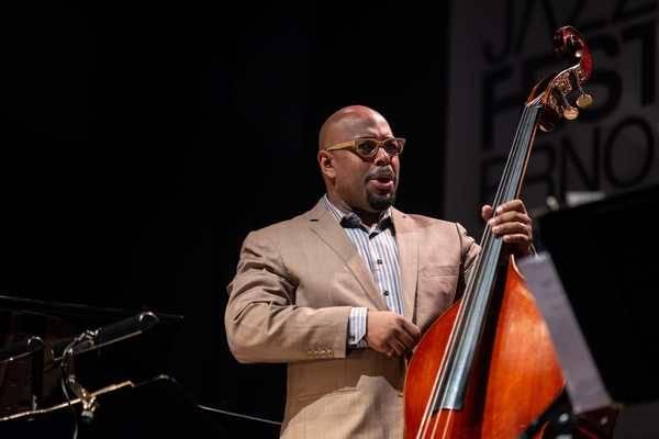 LIVE: Závěr JazzFestu Brno byl znovu ve znamení big bandu. Christian McBride okouzlil Sono Centrum
