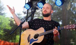 LIVE: Pokáč, Mucha nebo Květy - TOP 5 vystoupení Alternativní scény na Mezi ploty a jedna velká hvězda k tomu