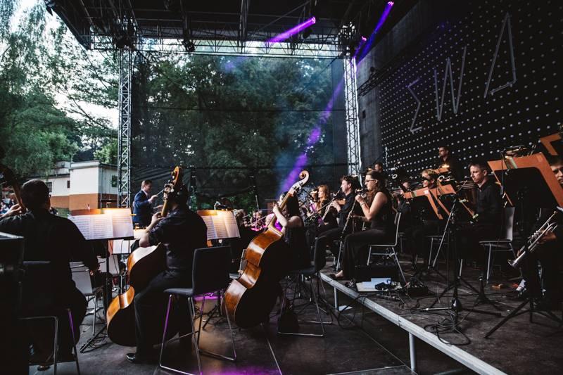 LIVE: Ewa Farna v Karlových Varech zazpívala s orchestrem, vystoupil i David Stypka