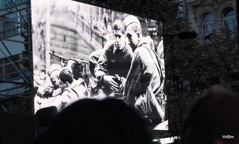 LIVE: Na Václaváku lidé vzpomínali na rok 1968 - na Lucii Bílou pískali, Martu Kubišovou oslavovali