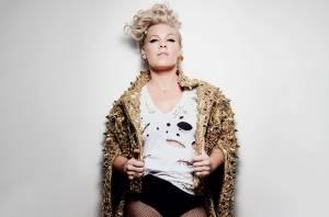 RECENZE: Pink na novém albu Hurts 2B Human líčí lidské bolesti prostřednictvím skvělého popu
