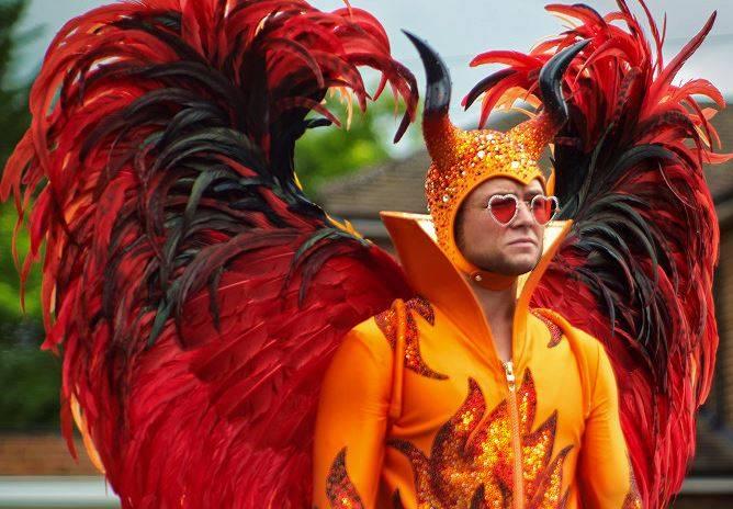RECENZE: Film Rocketman, zběsilý muzikál o životě Eltona Johna