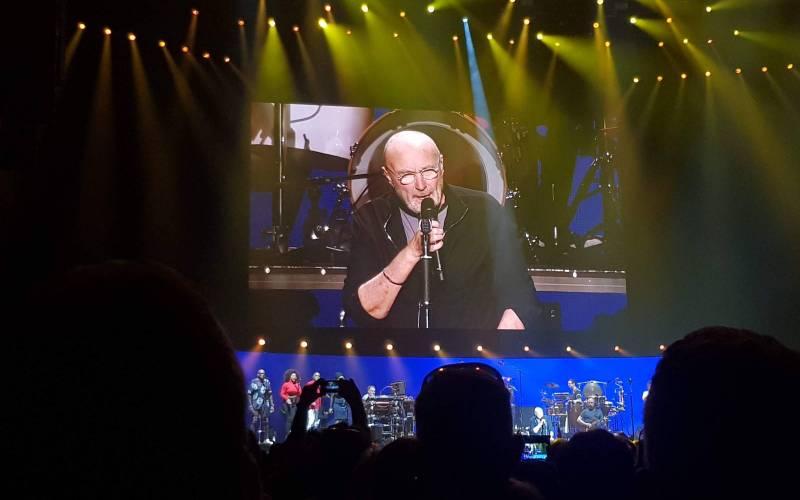 LIVE: Fenomenální Phil Collins naplnil srdce v pražské O2 areně světlem