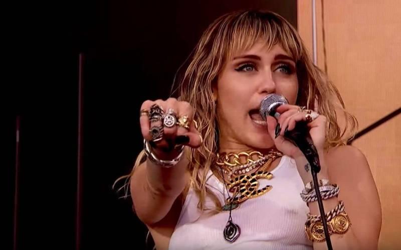LIVE: Glastonbury, den třetí: Překvapivě skvělá Miley Cyrus, překvapivě nudná Billie Eilish a standardně dobří The Cure