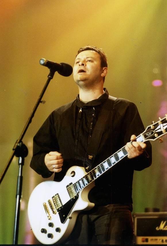 RETRO: Manic Street Preachers při české premiéře v roce 2002 rozezpívali Malou sportovní halu v Praze