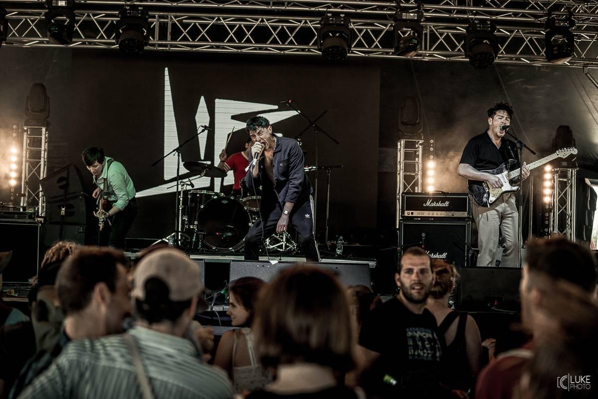LIVE: Manic Street Preachers měli na Rock for People technické problémy, Franz Ferdinand to pořád hraje