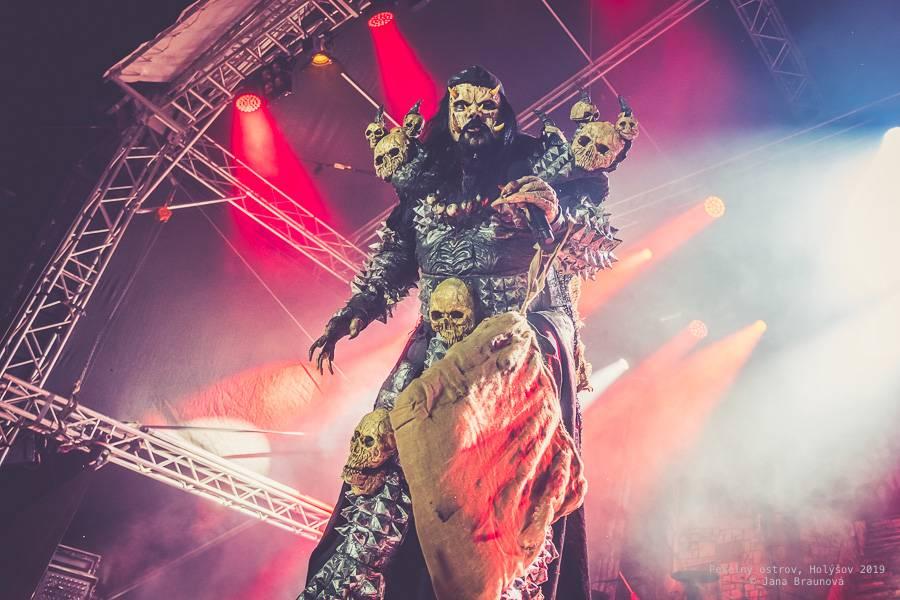 LIVE: Pekelný ostrov Holýšov: Lordi v hororových maskách rozhazovali konfety, Rybičky 48 přivezli ohnivou show