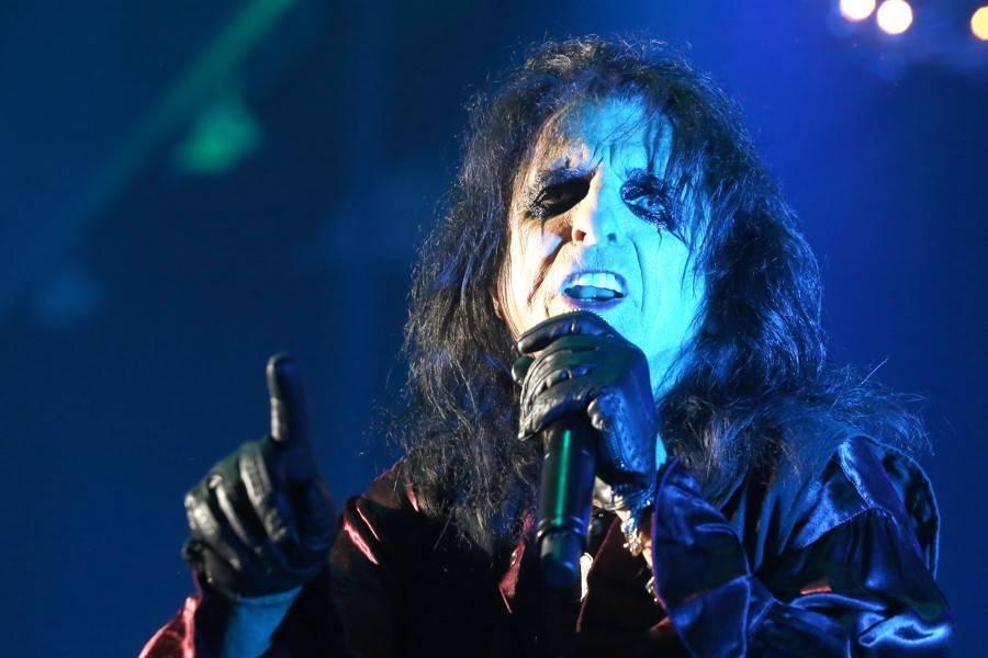LIVE: Alice Cooper řádil v Bratislavě. Při hororové show si nechal useknout hlavu gilotinou
