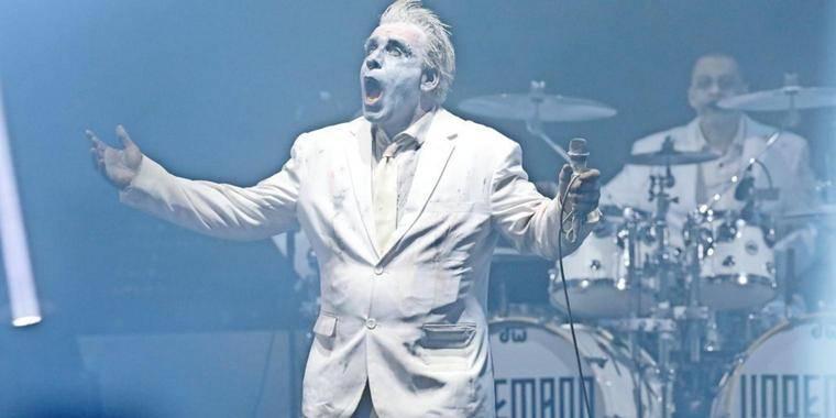 LIVE: (18+) Lindemann nechal pekelnou show Rammstein doma. V Praze pouštěl perverzní videa