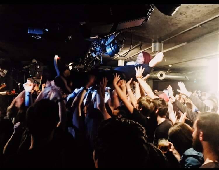 LIVE: Hromadný stage diving a zpěvák v kotli mezi fanoušky. Němečtí Blackout Problems pobláznili pražské Rock Café