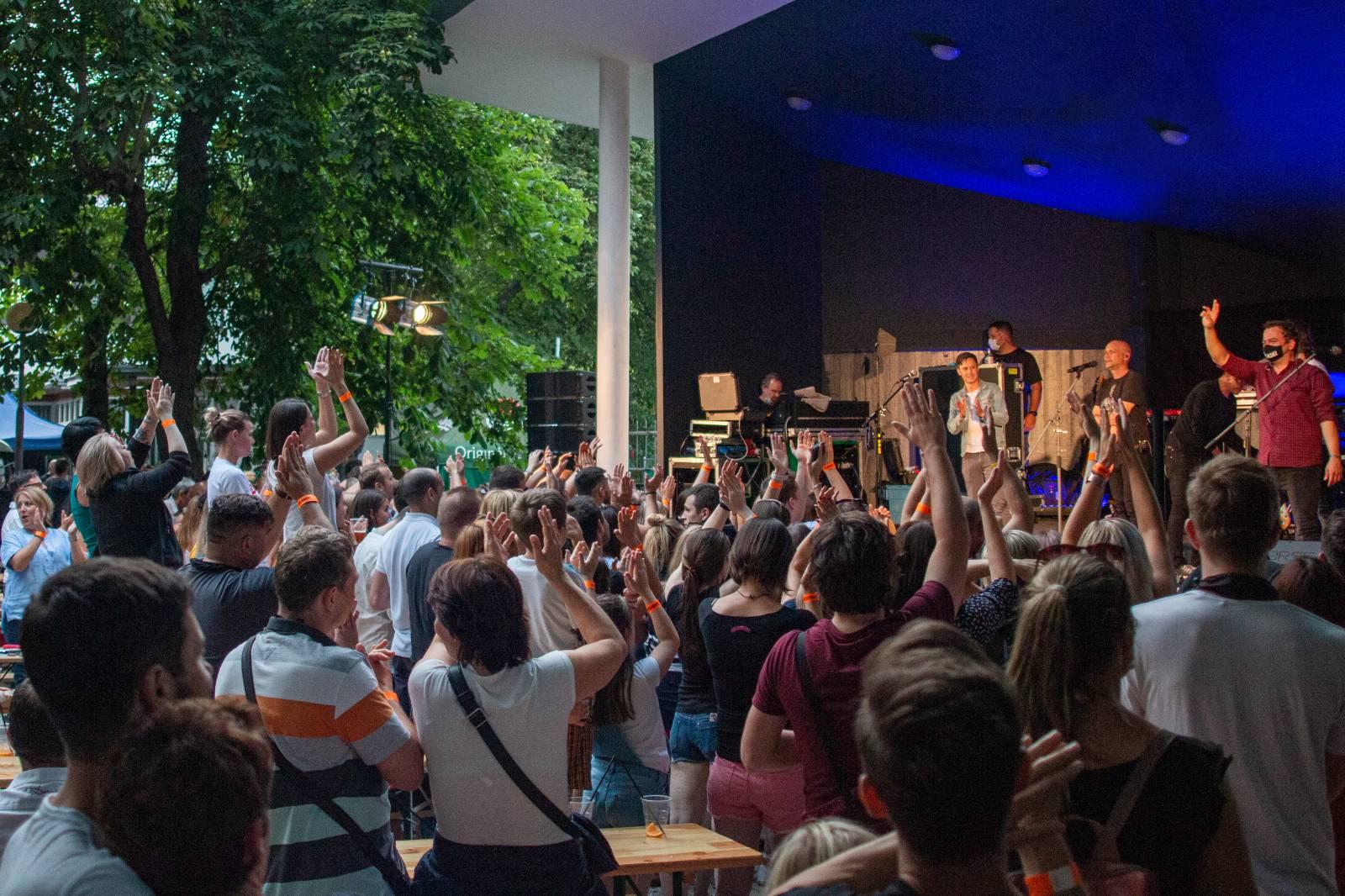 LIVE: Chinaski zahájili léto ve vyprodaných Riegrových sadech