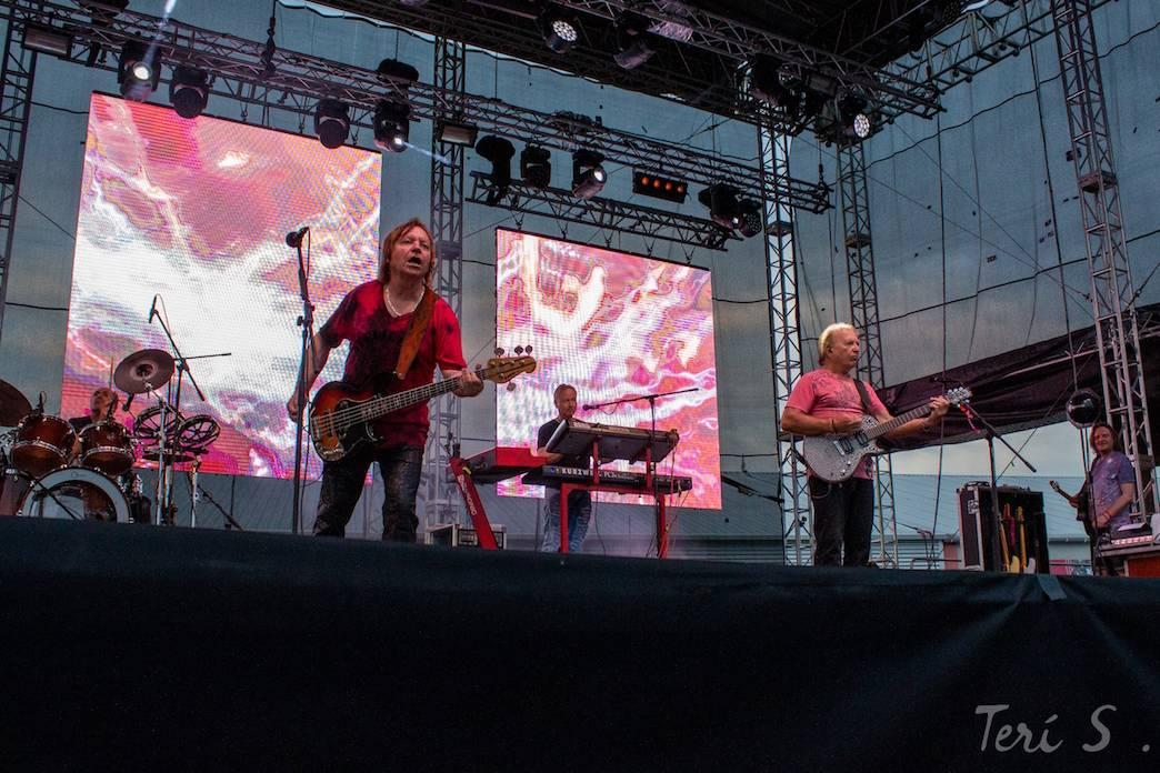 LIVE: Olympic poprvé s novým klávesákem, kapela hraje skvěle. Podívat se přišli i kolegové