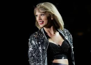 RECENZE: Taylor Swift na Folklore vyměnila barvy za melancholickou šeď