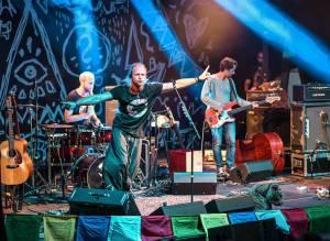 LIVE: Tomáš Klus a jeho Cílová skupina naplnili natřískaný amfiteátr pod Žižkovskou věží radostí a vášní