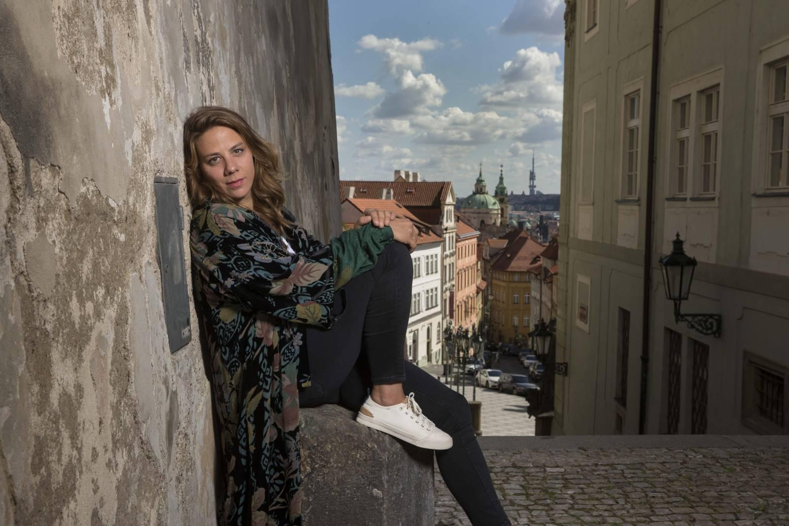 RECENZE: Aneta Langerová se v novince Dvě slunce vyrovnává s těžkými tématy s lehkostí a nadějí v hlase