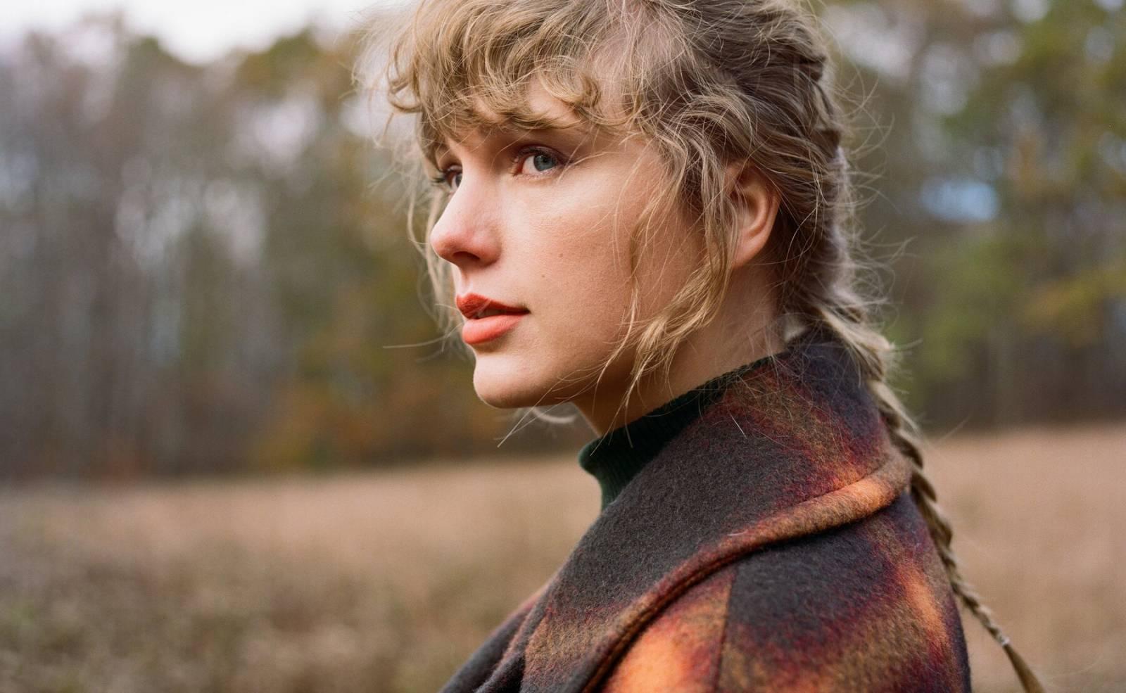 RECENZE: Rok 2020 z Taylor Swift smyl pompéznost popu. Novinka Evermore je pestřejší než mladší sestra Folklore