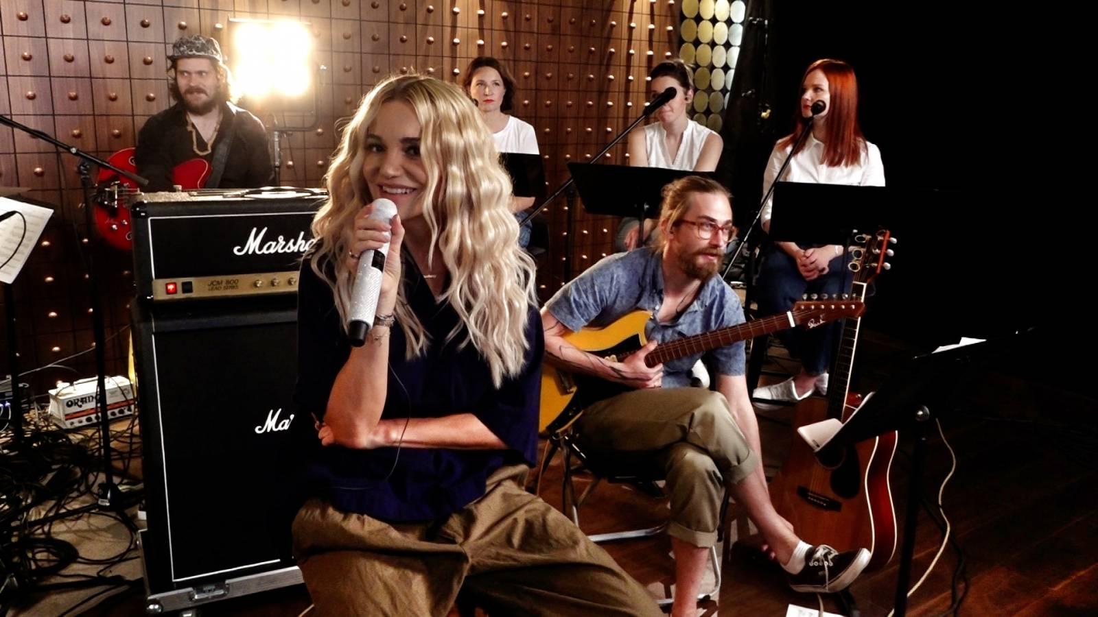 LIVE: Dara Rolins zpívala nad Prahou. Fanoušci poslouchali doma. Přesto si byli nablízku